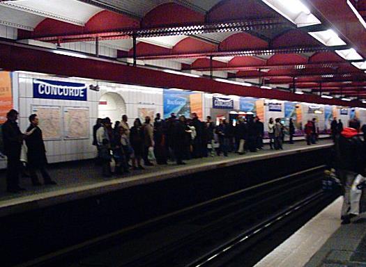 Sortie de metro et jupette blanche - 2 6